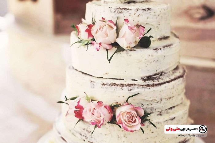 دیزاین کیک با گل رز سفید قرمز