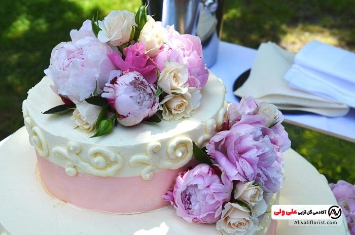 تزیین کیک با گل های طبیعی یا مصنوعی