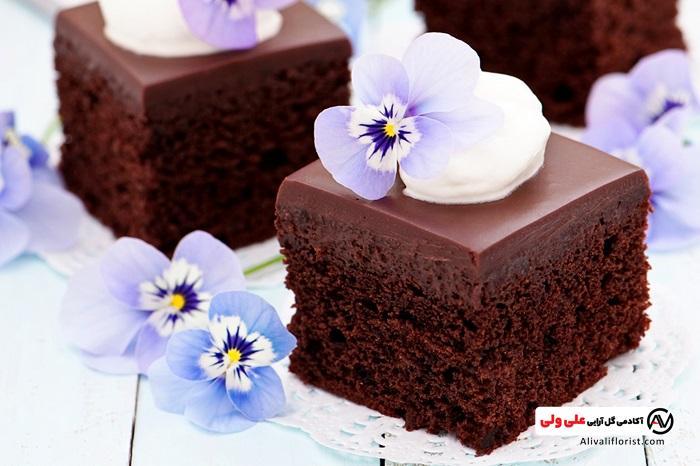 تزیین کیک شکلاتی با گل
